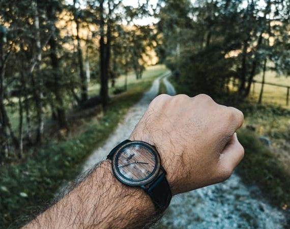 Dřevěné hodinky s koženým řemínkem na ruce