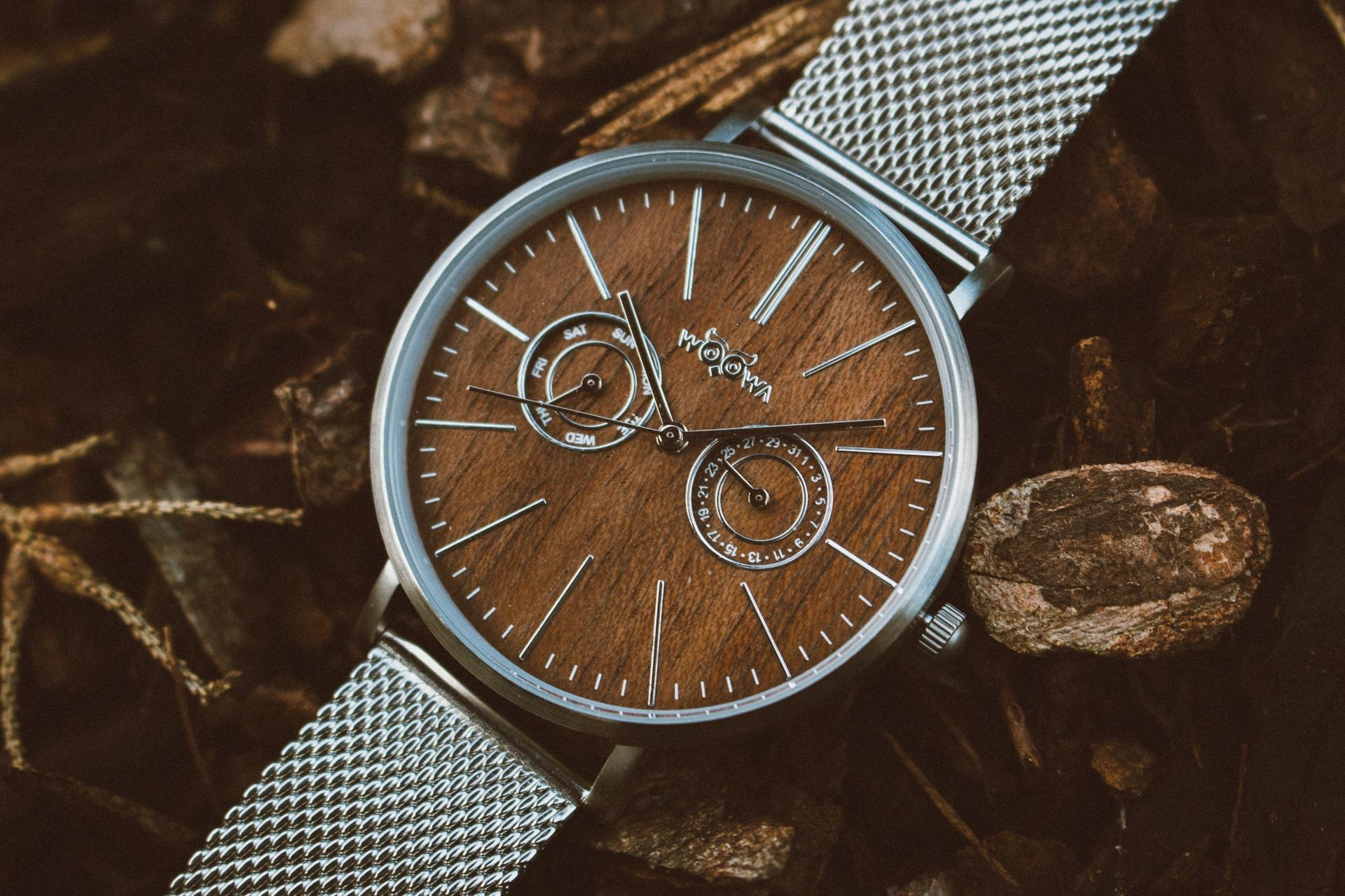 Detail ciferníku dřevěných hodinek Stail Silver
