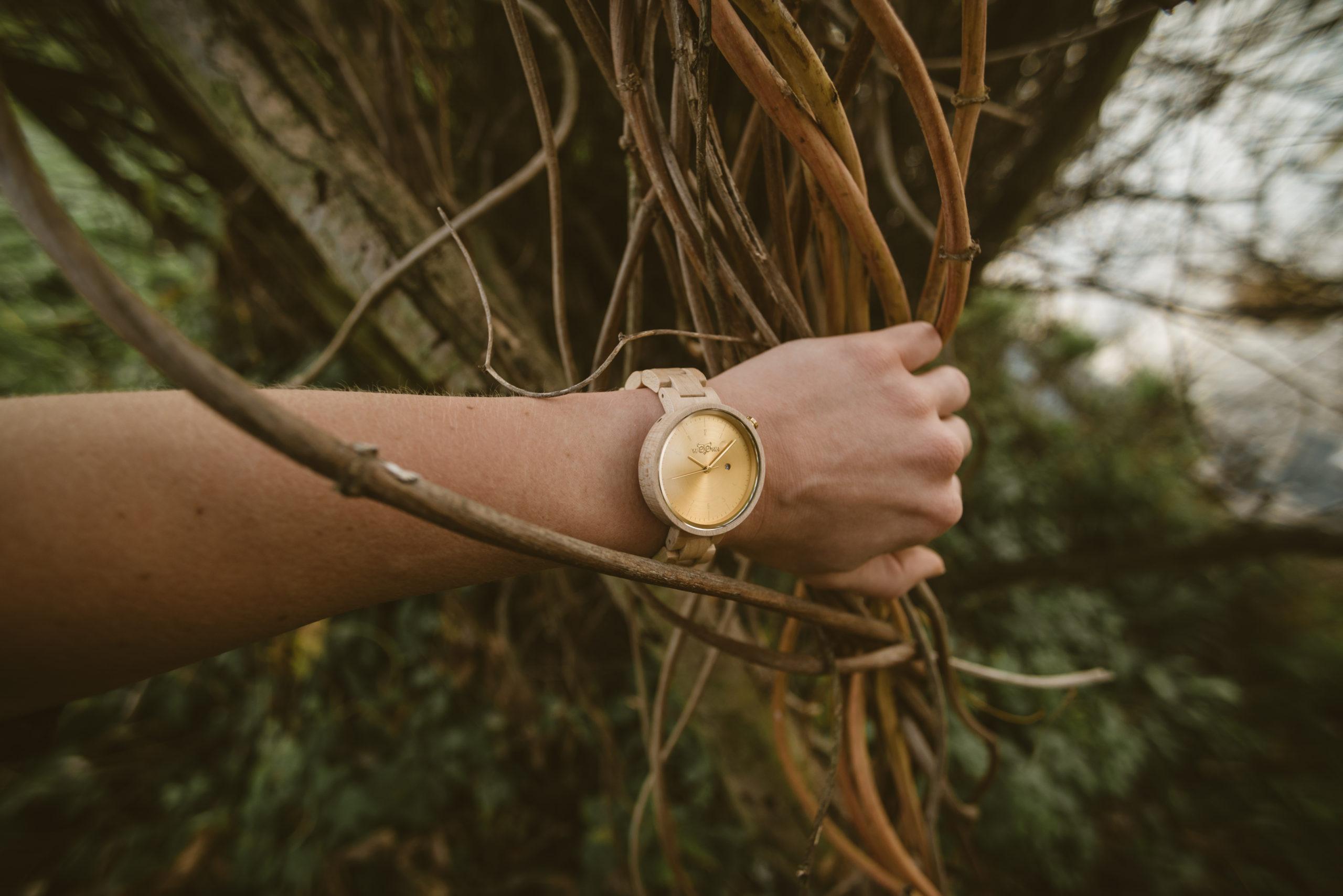 Dámské dřevěné hodinky Mirri Maple na ruce
