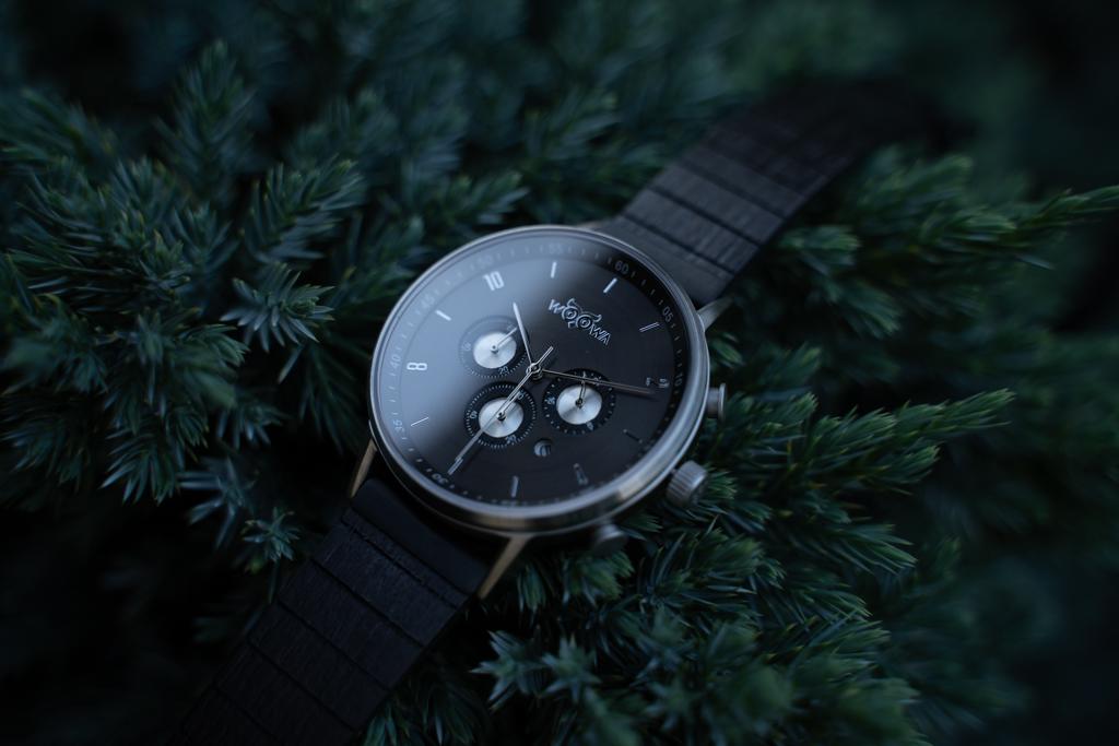 Detail kovových hodinek s chorongrafem a dřevěnými detaily
